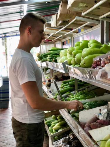 Tradičný market so zeleninou a ovocím
