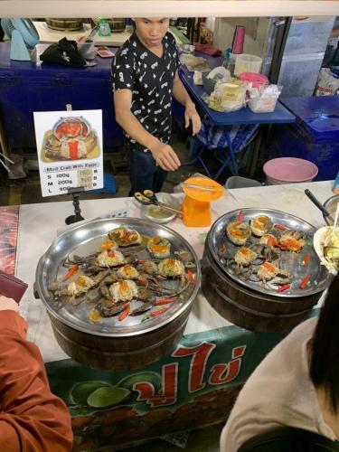 Rot Fai Market Ratchada